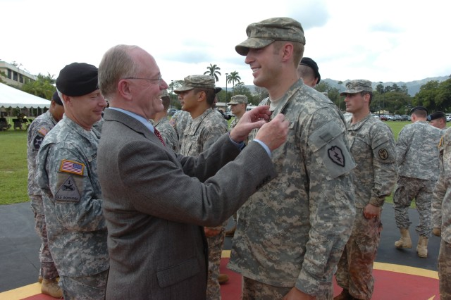 1st Lt. Michael Sudweeks, a UH-60 pilot 3rd Battalion, 25th Aviation Regiment, 25th Combat Aviation Brigade, is awarded with an Expert Field Medical Badge by the honorable James B. Peake, former United States Secretary of Veterans Affairs, during a ceremony held on Sills Field at Schofield Barracks, Hawaii, Oct. 22.