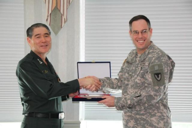 COL David Dornblaser & MG Lee, Yongsuk, Deputy CoS, Logistics G-4 ROK Army