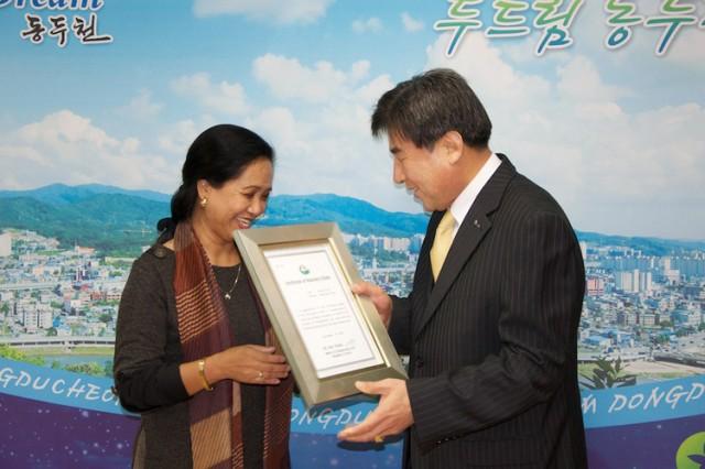 Mayor bestows honorary citizenship on garrison civilian employees