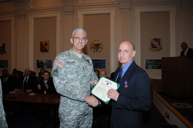 Lt. Gen. Mark Hertling gives award to Chris Roussos