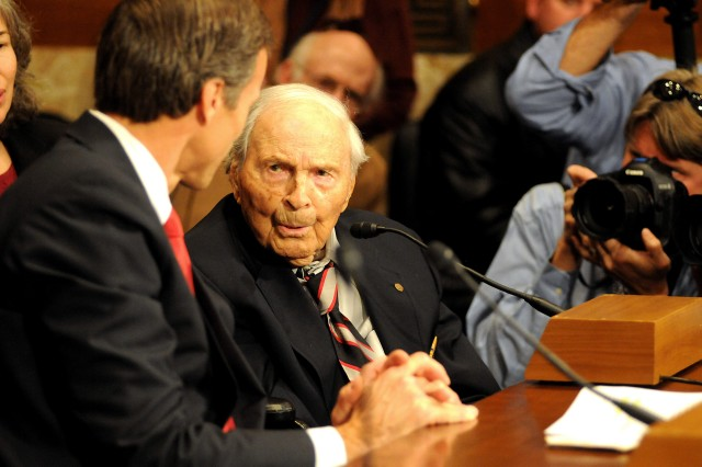 Frank Buckles speaks with Sen. John Thune during testimony Dec. 3, 2009, before the Senate Committee on Energy and Natural Resources, subcommittee on national parks. The hearing recommended a national World War I Memorial.