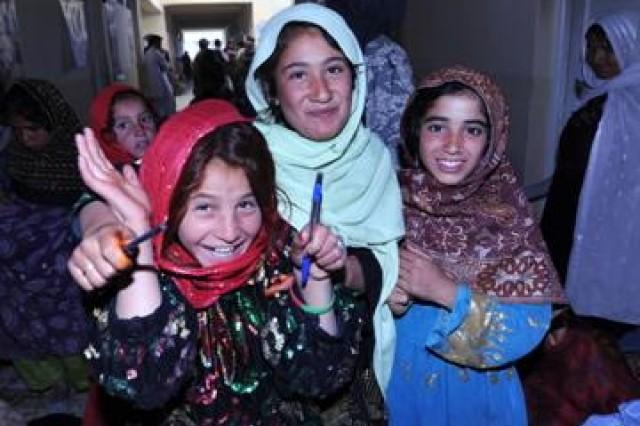 Afghan girls get school supplies