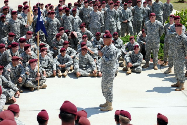 FORT BRAGG, N.C. - Maj. Gen. James L. Huggins (center), commanding general of the 82nd Airborne Division, takes time to visit the Paratroopers of 1st Battalion, 505th Parachute infantry Regiment, 3rd Brigade Combat Team, 82nd Airborne Division, amid