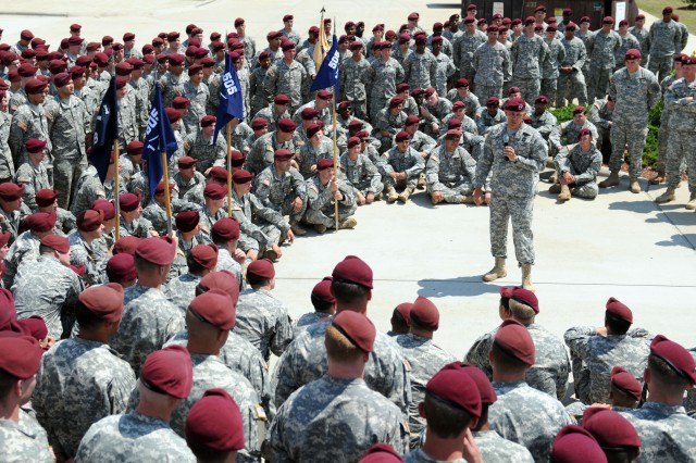 82nd Airborne Division Commander visits 1Panther Paratroopers