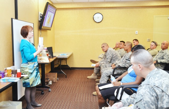 Dietitian discusses heart healthy eating with Soldiers, Families