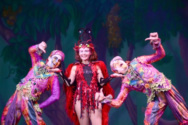 "Songstress Julia Langley (center) entertains the crowd with help from ""jungle boys"" Billy Jackson (left) and Lee Reisig during the Cirque Dreams Jungle Fantasy show, held at the Rose Barracks Memorial Fitness Center, Feb. 22. More than 1,500 people attended the two shows."