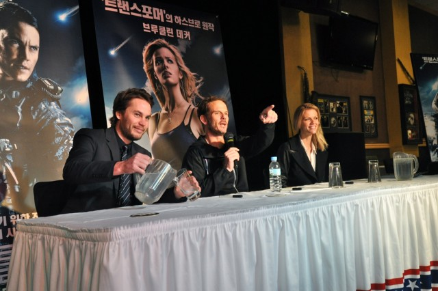 "American film director Peter Berg and the main characters of his latest movie ""Battleship,"" Taylor Kitsch and Brooklyn Decker visit U.S. Army Garrison Yongsan and greet Yongsan community before an autograph session, April 6. The session was held at R&R Bar and Grill and lasted for an hour."