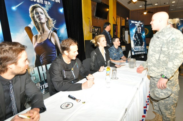 "American film director Peter Berg and the main characters of his latest movie ""Battleship,"" Taylor Kitsch and Brooklyn Decker visit U.S. Army Garrison Yongsan. They held an autograph session to encourage those who are serving country, April 6. The session was held at R&R Bar and Grill and lasted for an hour."
