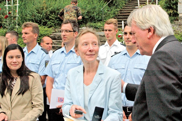 Soldiers, civilians recognized by Hessen minister president, German military
