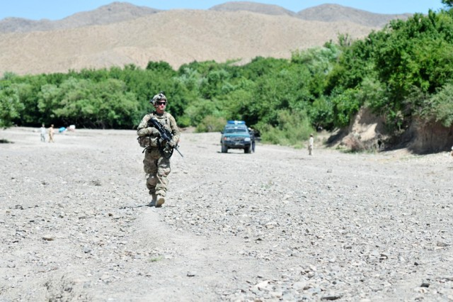 Soldiers dismount for patrol in Enjergay