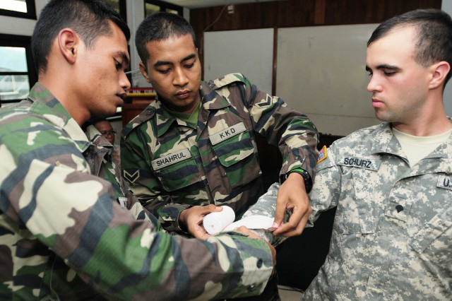 Malaysian Armed Forces demonstrate how to properly splint a broken arm
