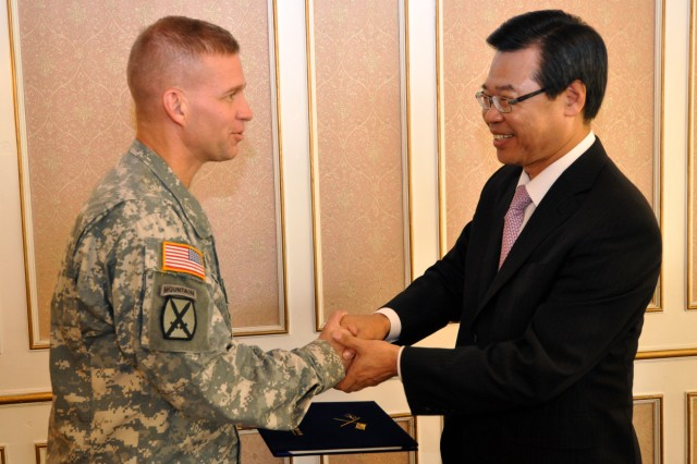 Col. Michael E. Masley, garrison commander of U.S. Army Garrison Yongsan, greets Sung Jang Hyun, mayor of Yongsan-gu, Sept. 25. (U.S. Army photo by Cpl. Han Samuel)