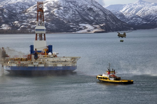 Helicopter aids drilling rig