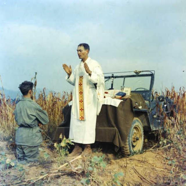 Kapaun conducts prayers during war