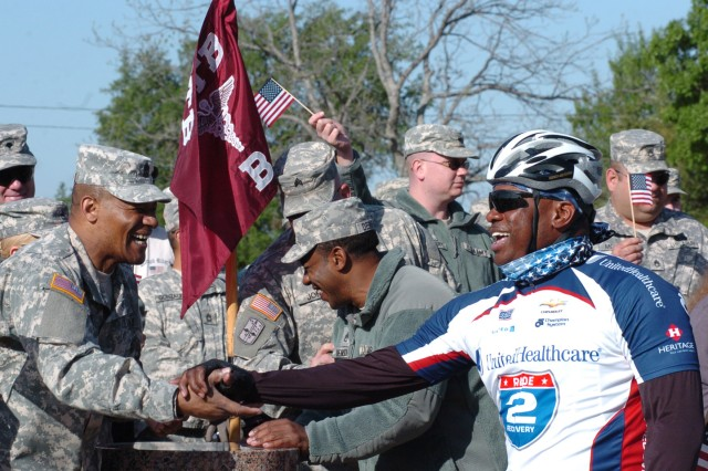 Fort Hood Soldiers salute Ride 2 Recovery cyclists