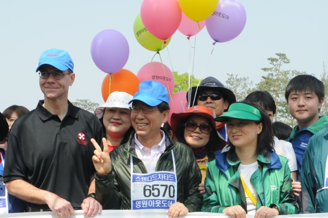 Brig. Gen. Chris Gentry (left) stands beside Seoul Mayor Park Won-soon (second from left) at the start of the Million Person Walking Festival on Namsan Mountain in Seoul, May 11 2013.