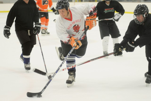 Hockey program allows Soldiers to put stress on ice
