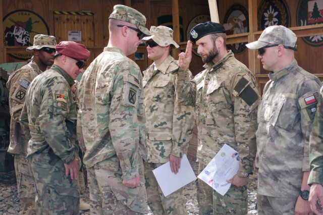 US soldiers receive Polish marksmanship badges