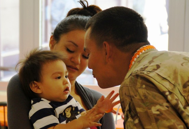 Alpha Company, 307th Expeditionary Signal Battalion Soldier reunites with family