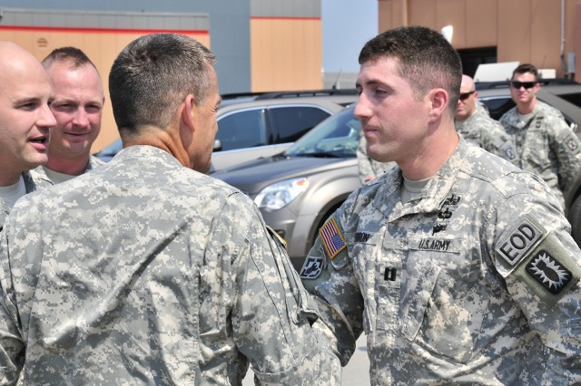 justin gerron 725th explosive ordnance disposal company commander receives a four