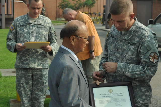 Air traffic control specialist Chang Pong-gyu, who served Yongsan for the past 52 years, receives a Certificate of Appreciation from Col. Michael. E. Masley, commander of USAG Yongsan, Aug 28. (U.S. Army photo by Cpl. Jung Ji-hoon)