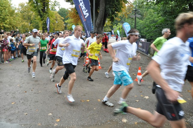 German and American runners take off at the start of Wiesbaden's annual 25-Hour Run.