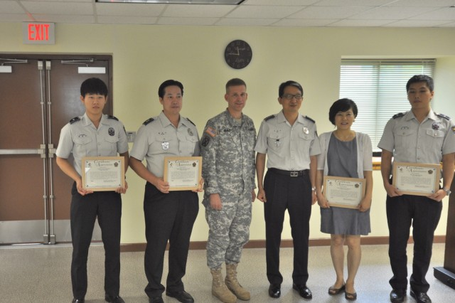 Col. Michael. E. Masley, commander of USAG Yongsan, appreciates Korean National Police awardees during the KNP visit, Sep. 13. (U.S.Army photo by Cpl. Jung Jihoon)