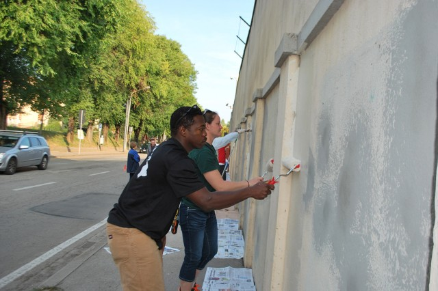Sky Soldiers volunteer to paint Vicenza soccer stadium