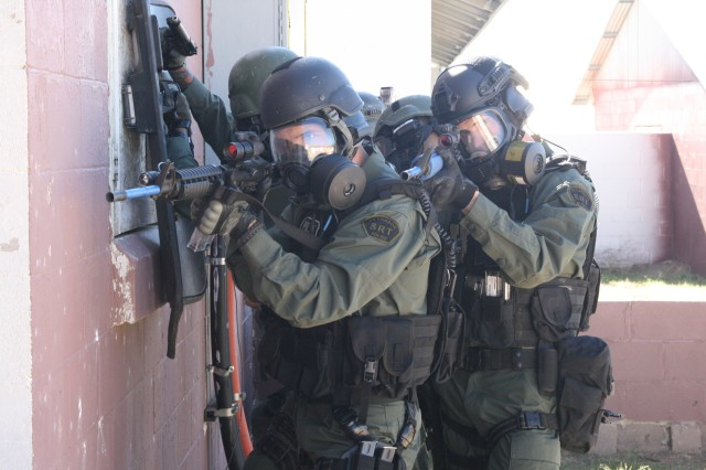 FORT CARSON, Colo. -- The Fort Carson police Special Reaction Team prepares to storm a building in which an escaped hostage taker has barricaded himself during an exercise, Oct. 3.