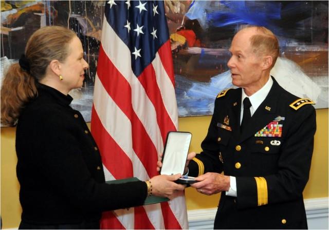 Lt. Gen. Jack Woodall, USA (Ret.), a former commander of the 2nd Infantry Division, presents the Distinguished Service Cross to Pamela Keiser