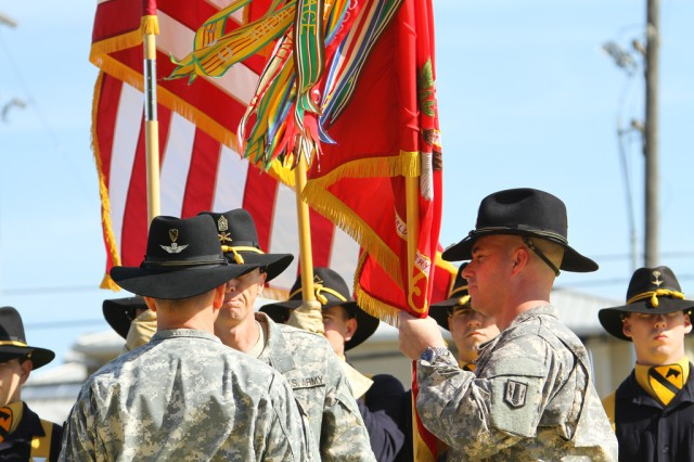 Lt. Col. Kenneth McDaniel, commander of 1st Battalion, 21st Field Artillery Regiment, Task Force Pegasus Fires, takes the battalion colors before passing them to Col. Cory Mendenhall, commander of 1st Air Cavalry Brigade, 1st Cavalry Division, during a relinquishment of command ceremony at Fort Hood, Texas, April 10. Lt. Col. Kenneth McDaniel relinquished command of 1-21st FAR as the battalion prepares for inactivation (U.S. Army photo by Sgt. Garett Hernandez, Task Force Pegasus Fires Public Affairs).