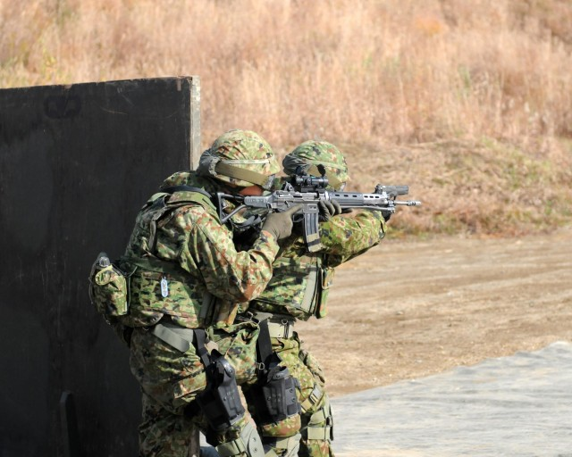 US and Japanese forces share marksmanship skills during Orient Shield 14