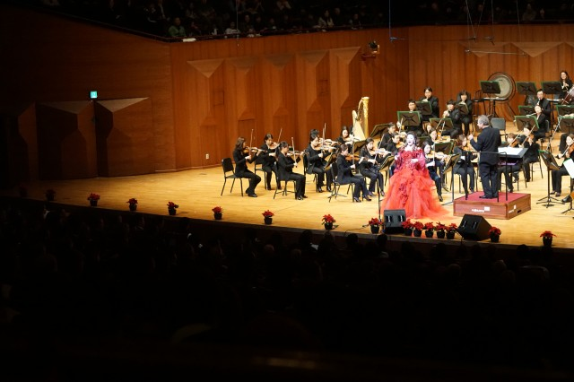 Korean opera soprano Miseon Oh, backed by the Seong Nam Philharmonic Orchestra, wowed the crowd with her incredible vocal range at the 7th Annual Korea-America Friendship Holiday Concert at the Seoul Performing Arts Center Dec. 14, 2014.