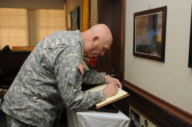 Odierno visits commands, Soldiers throughout U.S. Army Pacific