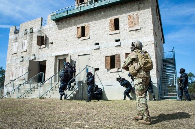 Special Forces Soldiers train Honduran force