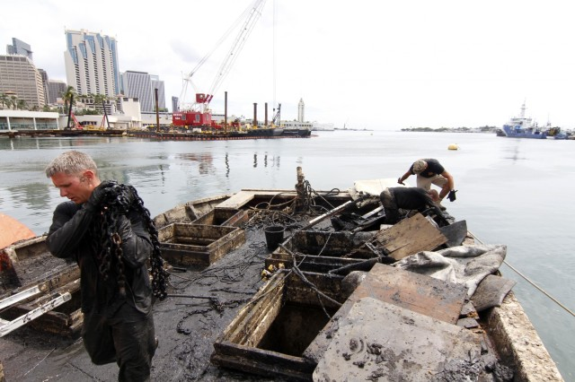 Army divers support hawaii dot with salvage exercise for Fishing supplies honolulu