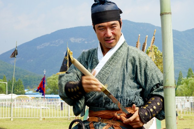 A ROK Soldier shows the crowd how it used to be done at the 2015 Republic of Korea Ground Forces Festival in Gyeryong, South Korea Oct. 3, 2015.