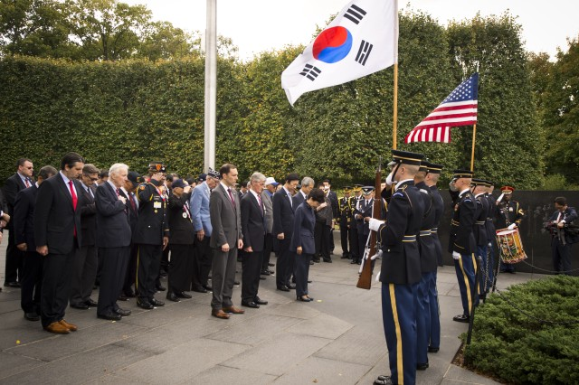 President Park Geun-hye visits the Korean War Veterans Memorial in Washington with U.S. Army Secretary John McHugh to pay tribute to American soldiers who served in the 1950-53 Korean War. Washington, D.C., Oct. 14, 2015