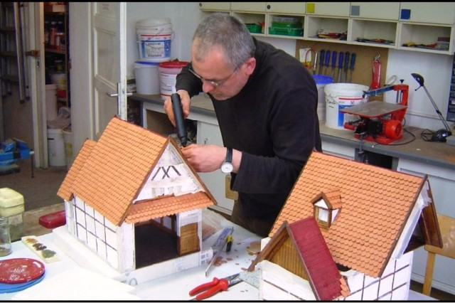 A member of the Bamberger Krippenfreunde builds a diorama for display.