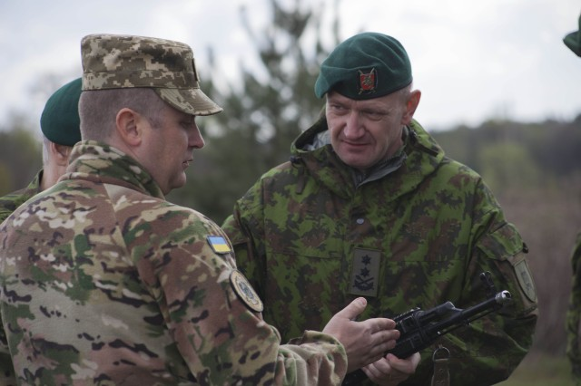 Maj. Gen. Leika speaks with a Ukrainian officer about weaponry and tactics