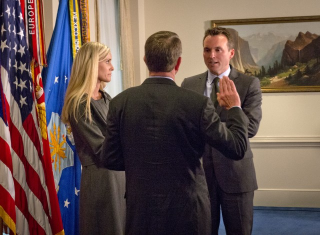 Fanning Sworn in as Secretary of the Army
