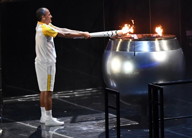 Vanderlei Cordeiro de Lima lights cauldron