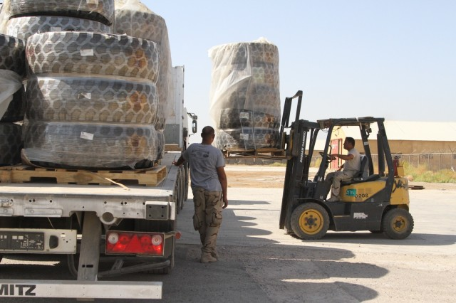 300th SB distributes ITEF parts to Iraqi Army