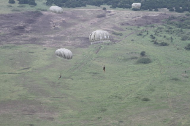 Paratroopers with Delta Company, 52nd Infantry Regiment (Long Range Surveillance), floating to the ground after exiting a CH-47 Chinook on Rapido Drop Zone Sept. 1, 2016, at Fort Hood.