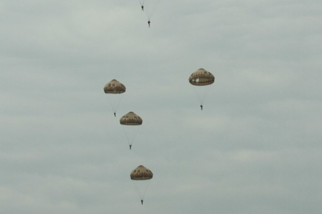 Soldiers from the 54th Brigade Engineer Battalion and 4th Battalion, 319th Airborne Field Artillery Regiment, 173rd Airborne Brigade conduct a post-airborne school jump to complete French Airborne training as by instructors with the French 35th Parachute Artillery Regiment, 11th Parachute Brigade, as part of Exercise Colibri in Tarbes, France, Sept. 19th and 20th, 2016. Exercise Colibri demonstrates and expands upon an allied partnership between our nations and provides paratroopers an opportunity to connect- both personally and tactically, to build stronger, more capable forces.