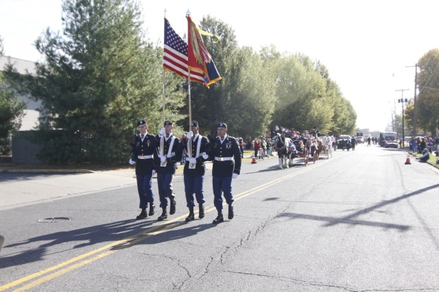 """Soldiers of 101st Airborne Division (Air Assault) Sustainment Brigade """"Lifeliners,"""" 101st Abn. Div., lead the Paducah Veterans Day parade Nov. 11, in Paducah, Kentucky. (U.S. Army photo by Staff Sgt. Kimberly Lessmeister/ 101st Abn. Div. Sust. Bde. Public Affairs Office)"""
