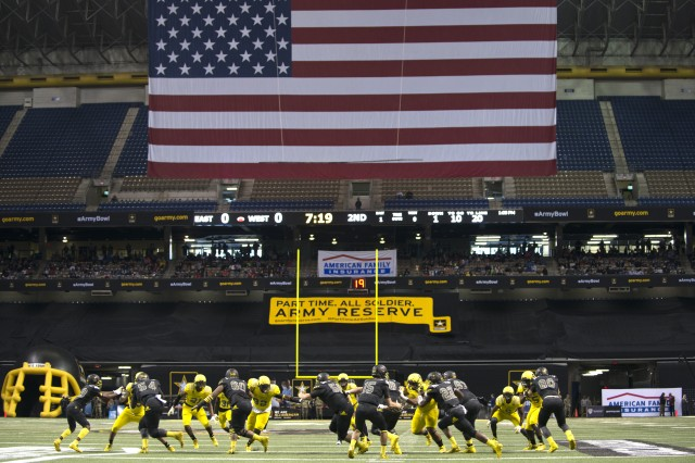 The East team runs the ball during the first half of the Army All-American Bowl in San Antonio Jan. 7, 2017.