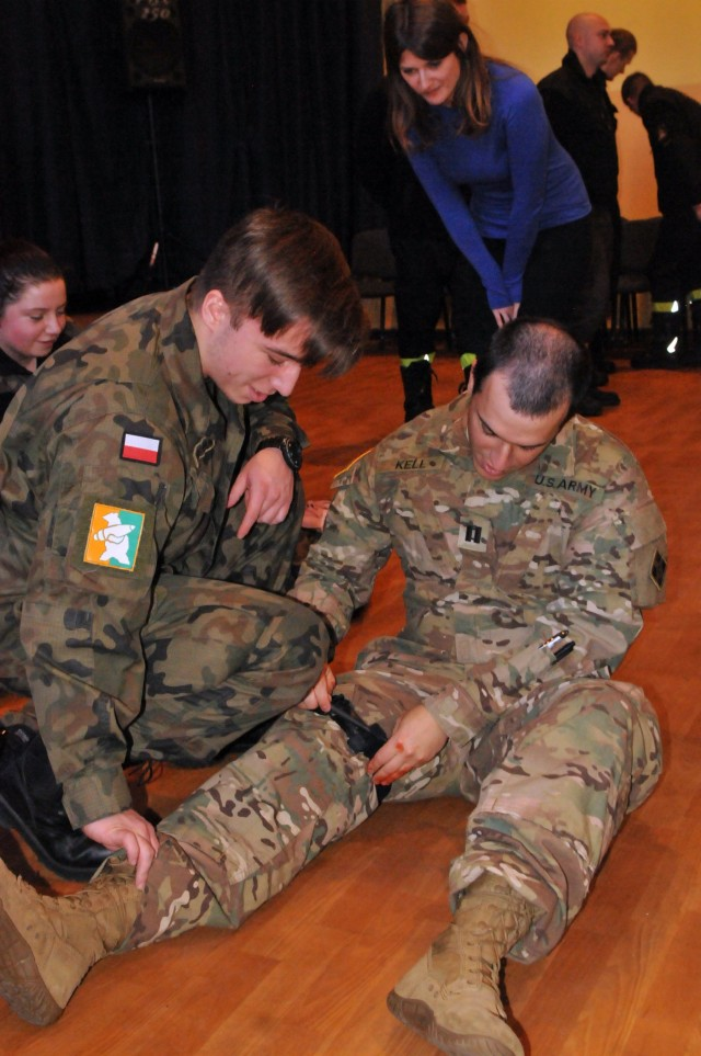 Iron Brigade medics teach Polish students basic first aid training