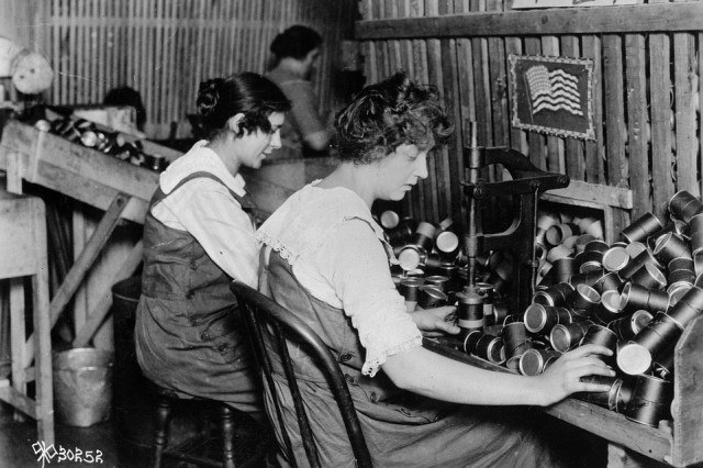 Women make fiber powder containers for the Stokes 3-inch trench mortar on an assembly line at W.C. Ritchie & Co., Chicago, circa 1916.