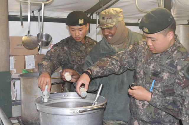 Soldiers from 2ID Sustainment Brigade conduct combined food service preparation training, April 11, 2017, with the 대한민국 육군 (Republic of Korea Army) 2nd Logistics Support Command, at the local dining facility (DFAC) in support of exercise Operation Pacific Reach '17 near Pohang, South Korea. (DoD photo by Pfc. Eom, Jaechane, 2ID SBDE)